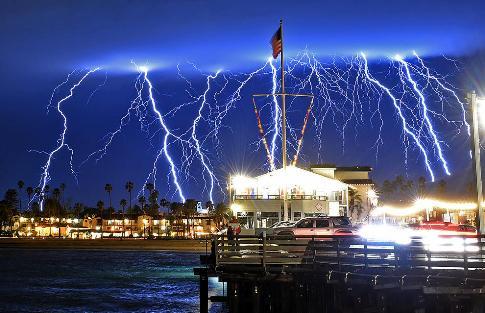عکس رعد و برق در شهر سانتا باربارا