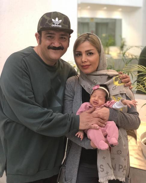 مهران غفوریان و همسر آرزو در کنار دخترشان