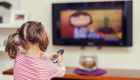 کودک در حال دیدن تلویزیون