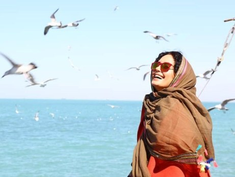 چهره خندان الناز شاکردوست در کنار خلیج فارس