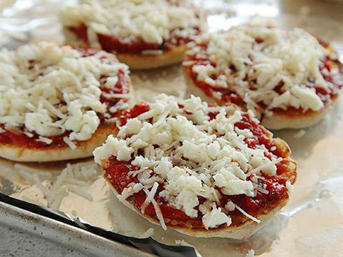 پنیر,کاربرد انواع پنیر در آشپزی,موارد استفاده پنیر های مختلف در آشپزی,کاربرد پنیر فیلا فیلا یا پنیر پیتزای انگلیسی در آشپزی