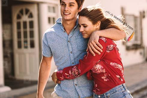 زوج خوشحال در حال قدم زدن