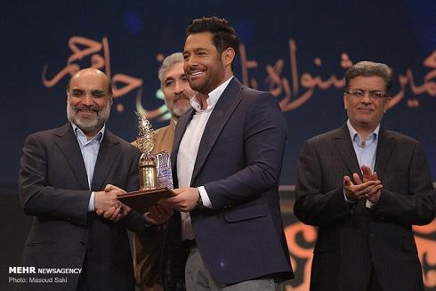 اهدا تنديس به محمدرضا گلزار در جشنواره تلويزيوني جام جم