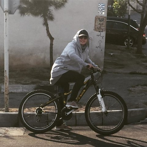 دوچرخه سواري مهناز افشار در تهران