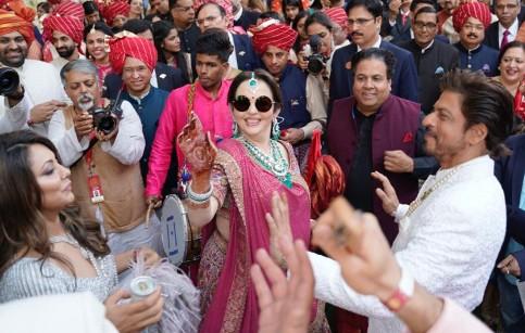 رقصیدن شاهرخ خان در مراسم ازدواج آکاش آمبانی