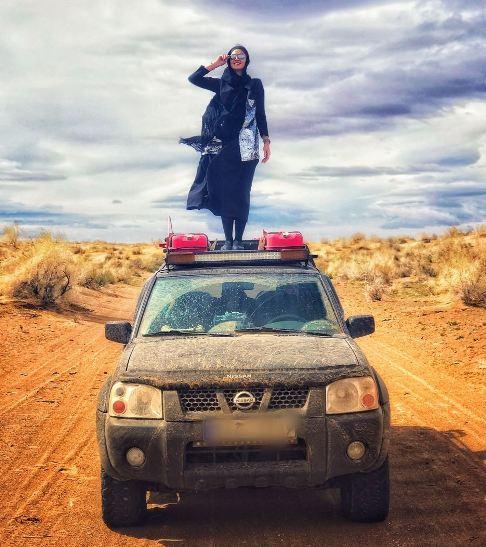 مريم مومن برروي سقف ماشين در بيابان