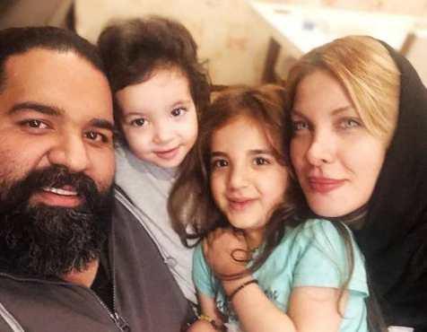 رضا صادقی در کنار همسر و 2 دخترشان