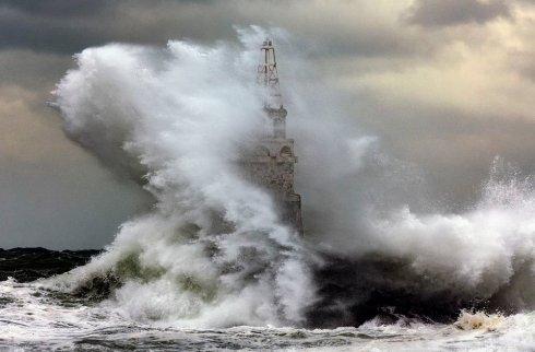 برخورد امواج خشمگين با فانوس دريايي