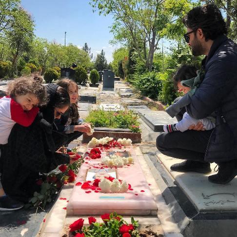 بنیامین بهادری در کنار همسر و سه فرزندشان
