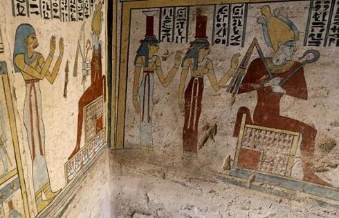 دیوارهای رنگارنگ و نقاشی شده مقبره مصری