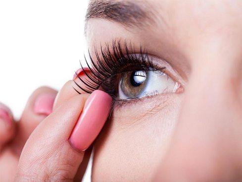 مژه مصنوعی,نصب کردن مژه مصنوعی,مژه مصنوعی دانه ای,مژه مصنوعی یکسره,برای آرایش چشم از مژه مصنوعی دانه ای استفاده کنیم یا یکسره؟