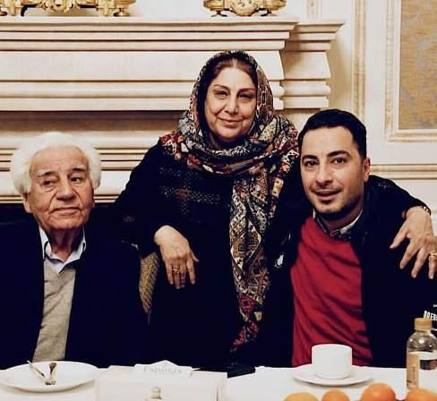 نويد محمدزاده در کنار پدر و مادرش