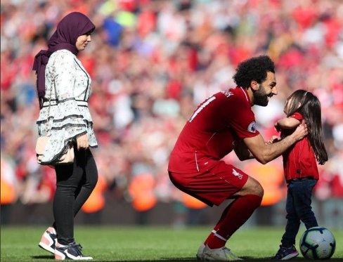 محمد صلاح در کنار همسر و دخترش 1