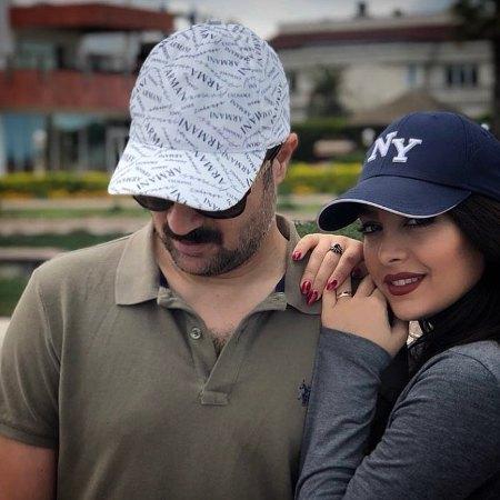 احمد مهرانفر در کنار همسرش مونا فائزپور