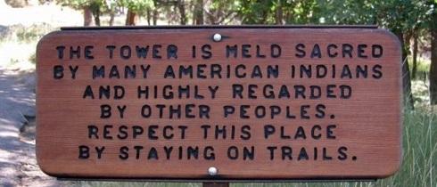 تابلویی که اطلاعاتی درباره میراث ملی آمریکایی به بازدیدکنندگان میدهد