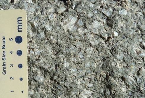 نوع سنگ هایی که برج شیاطین از آن تشکیل شده فونولیتِ آذرین است