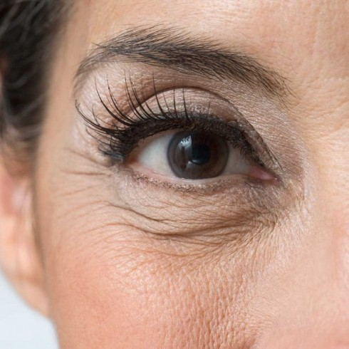 تکنیک هایی مهم در گریم برای از بین بردن چروک صورت,گریم,گریم صورت,نکته هایی برای گریم صورت,از بین بردن چین و چروک صورت با گریم,چشم ها را جوان کنید