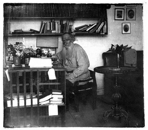 لئو تولستوی در اتاق مطالعه اش به سال ۱۹۰۸ میلادی