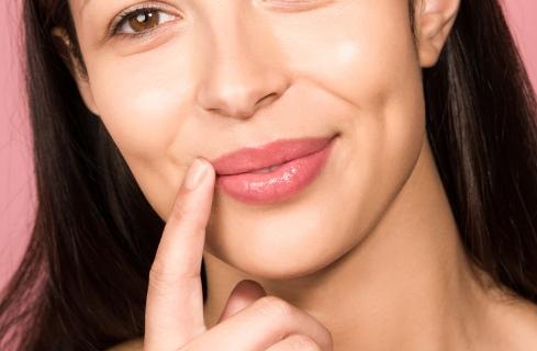 تکنیک هایی مهم در گریم برای از بین بردن چروک صورت,گریم,گریم صورت,نکته هایی برای گریم صورت,از بین بردن چین و چروک صورت با گریم,چگونه خطوط لبخند را بپوشانید
