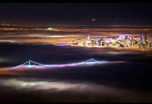 پل لاینز گیت ونکوور را در شب غرق در مه زمستانی