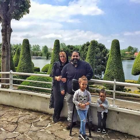 رضا صادقی در کنار همسر و دخترانش