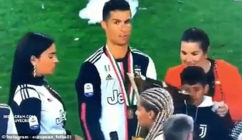برخورد جام قهرمانی با صورت پسر رونالدو 1
