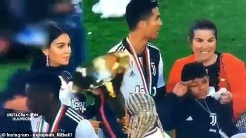 برخورد جام قهرمانی با صورت پسر رونالدو 2