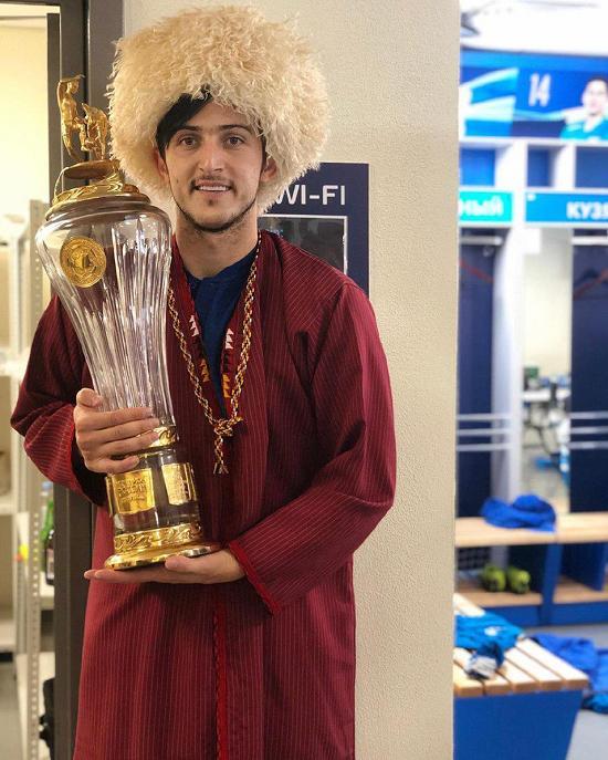 سردار با لباس ترکمن در جشن قهرمانی زنیت,سردار آزمون,جشن قهرمانی زنیت
