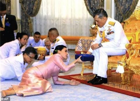 همسر جدید پادشاه تایلند درحال دادن هدیه به وی