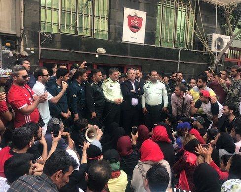 تجمع هواداران پرسپولیس و حضور عرب با ماموران پلیس در میان آنها
