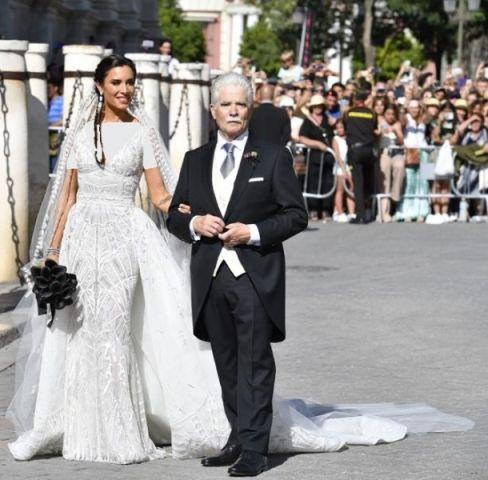 ورود عروس خانم به مراسم همراه با پدرش