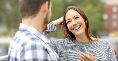 مرد عاشق به شما نگاه میکند,مردی که عاشق تان است این  نشانه ها را دارد,نشانه های مرد عاشق