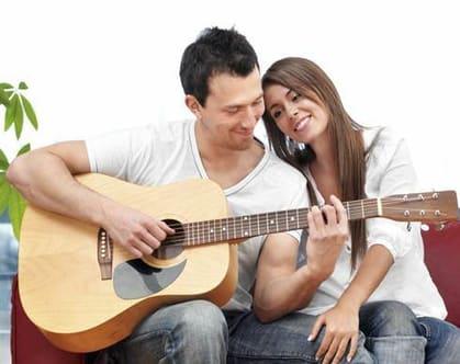 مردی که عاشق تان است این  نشانه ها را دارد,نشانه های مرد عاشق,مرد عاشق درب را برایتان باز میکند