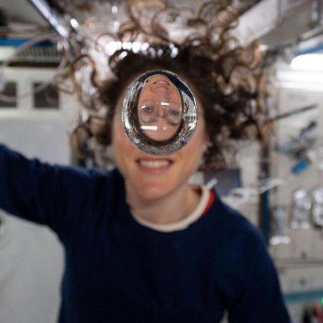 فضانورد زن به همراه یک قطره آب