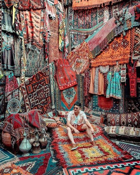 جذب مشتری از راه گردشگران اینستاگرام باز,فرش فروشی ایکمان,عکس گردشگران در فرش فروشی ایکمان