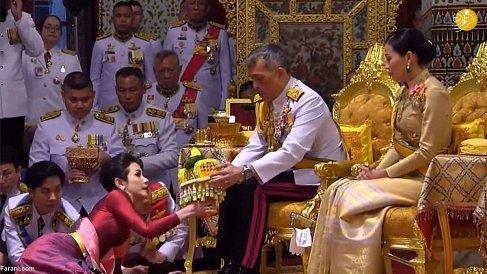 پادشاه تایلند در کنار همسر اول و دومش