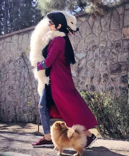 مریم معصومی و بغل کردن یک سگ 2