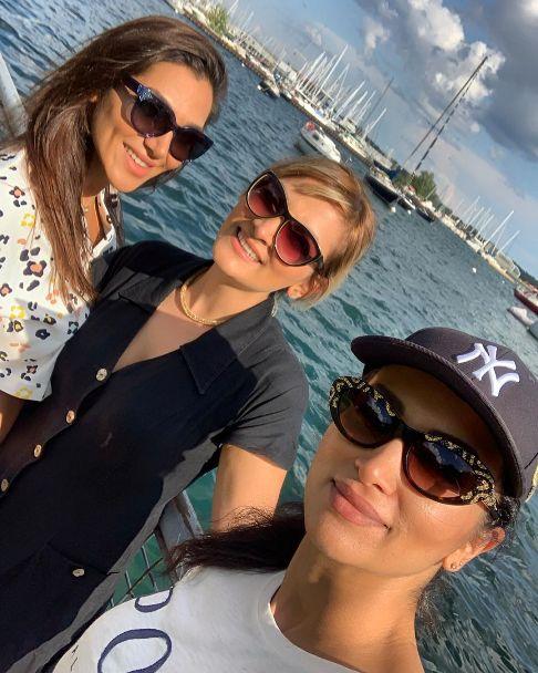 روناک یونسی در کنار خواهرانش