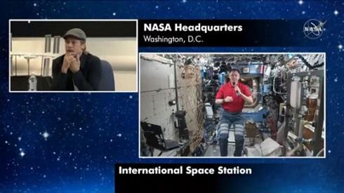 مکالمه برد پیت و یک فضانورد