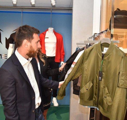 لیونل مسی در فروشگاهش