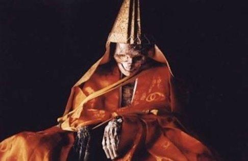 سنت های مذهبی,سنت های ترسناک,رسوم مذهبی وحشتناک,آداب و رسوم خونین,سوکوشینبوتسو,مومیایی کردن