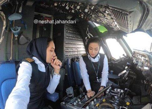 2 خلبان زن درحال چک کردن مسیر پروازی