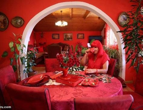 خانه و وسایل قرمز رنگ در خانه این زن