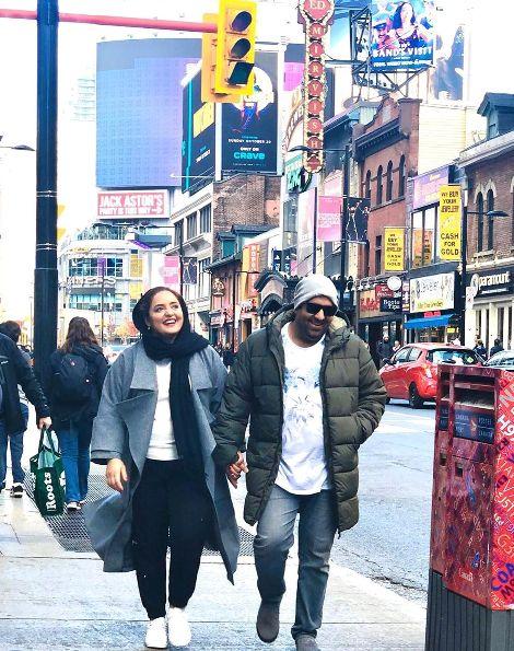 تیپ نرگس محمدی و همسرش در خیابان های کانادا