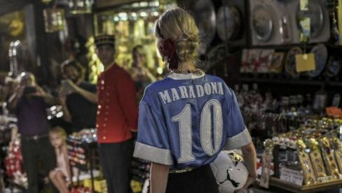 پوشیدن پیراهن مارادونا توسط مدل