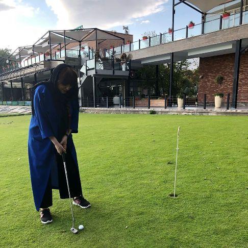 لیلا برخورداری درحال تجربه گلف بازی