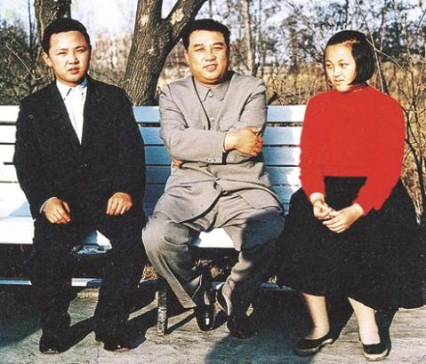 کیم ایل سونگ در کنار پسرش کیم جونگ ایل و دخترش کیم کیونگ هو