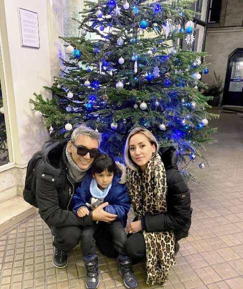 شادمهر عقیلی در کنار همسر و دخترش