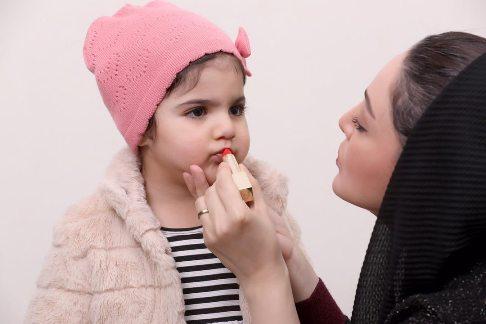 شیلا خداداد درحال زدن رژلب برای دخترش