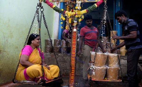 زن هندی که هم وزن خودش نذر شکر کرده بود